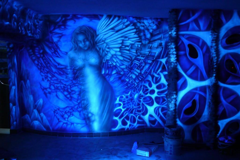 Malowanie klubu farbami świecącymi w UV, aranżacja ścian w dyskotece, biomechanika, mural na ścianie