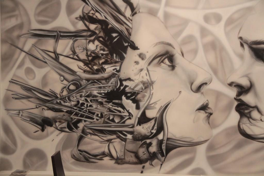 Biomechanika, malowanie grafitti na ścianie, mural biomechaniczny jako wystrój nowoczesnego wnętrza