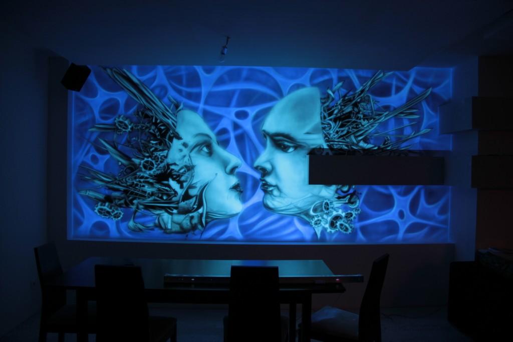 malowanie obrazu na ścianie w nowoczesnym wnętrzu, biomechanika w ultrafiolecie mural UV