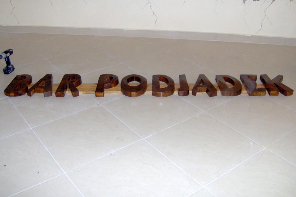 Drewniane szyldy reklamowe,Szyldy z drewna, wycicnanie drewnianych liter na szyld
