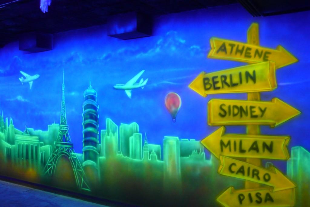 aranżacja scian w kręgielni, malowanie ścian farbami UV, ściany świecące w kręgielni pod ultrafioletem