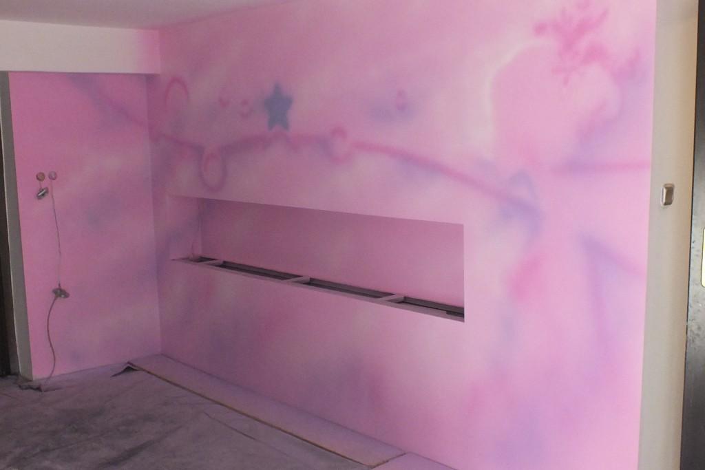 Malowanie logotypów, gradient na ścianie w sklepie