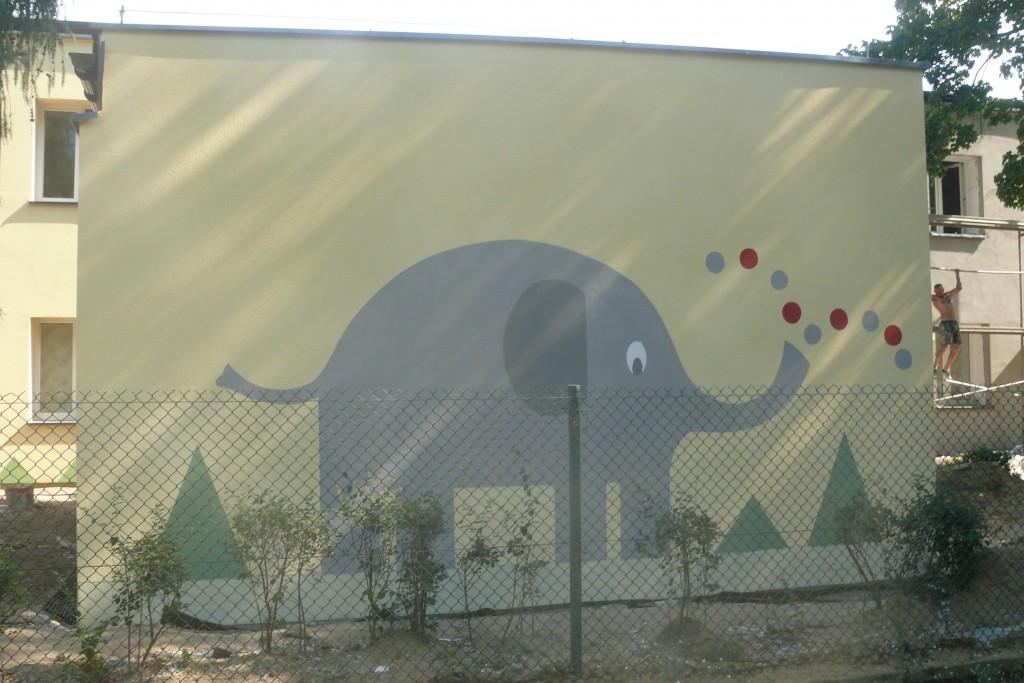 Malowanie słonia na elewacji budynku szkolnego