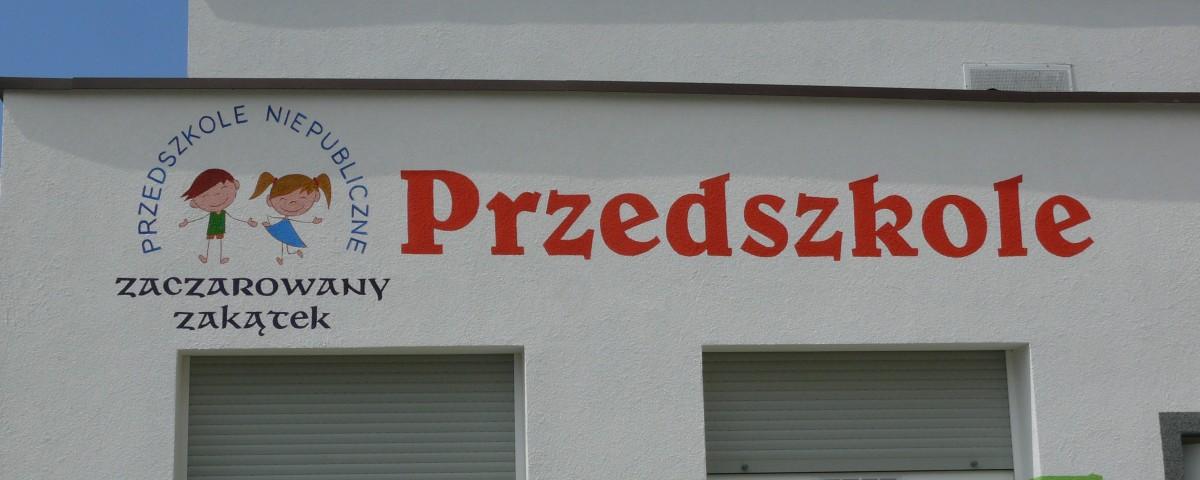 Malowanie szyldu na elewacji budynku przedszkola