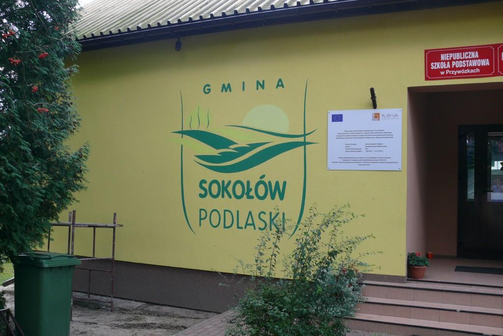 Ręczne malowanie loga na ścianie, logo gminy, logotyp malowany na elewacji