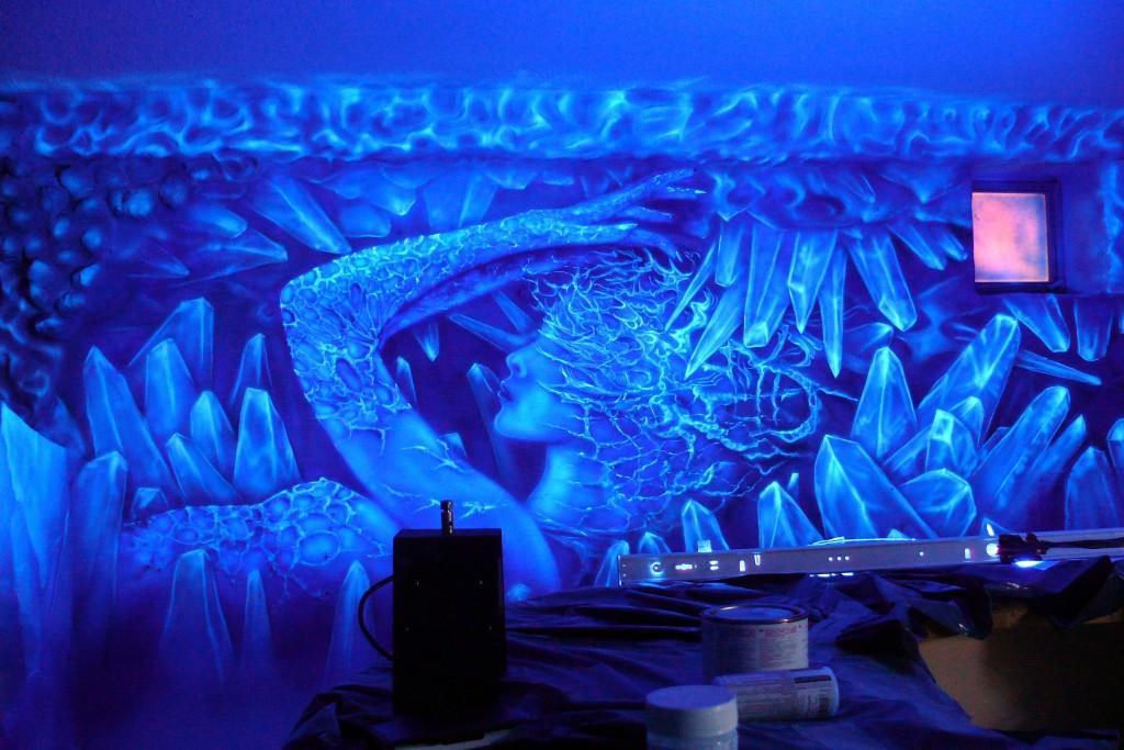 Obraz abstrakcyjny przedstawiajacy kobietę, namalowany farbami ultrafioletowymi UV,