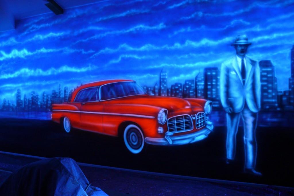 Malowanie grafitti na ścianie w kręgielni, świecące sciany