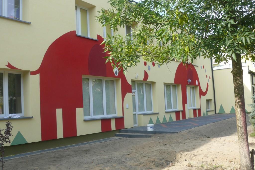 Malowanie loga, na budynku szkolnym