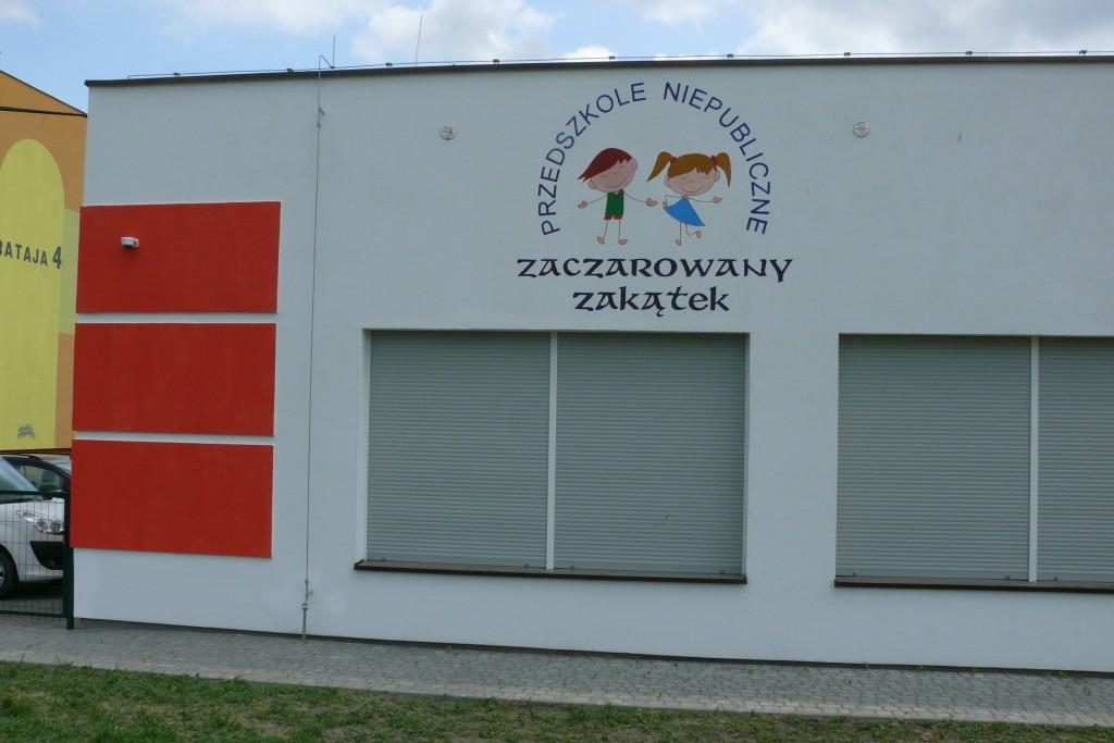 Logo na elewacji budynku przedszkolnego