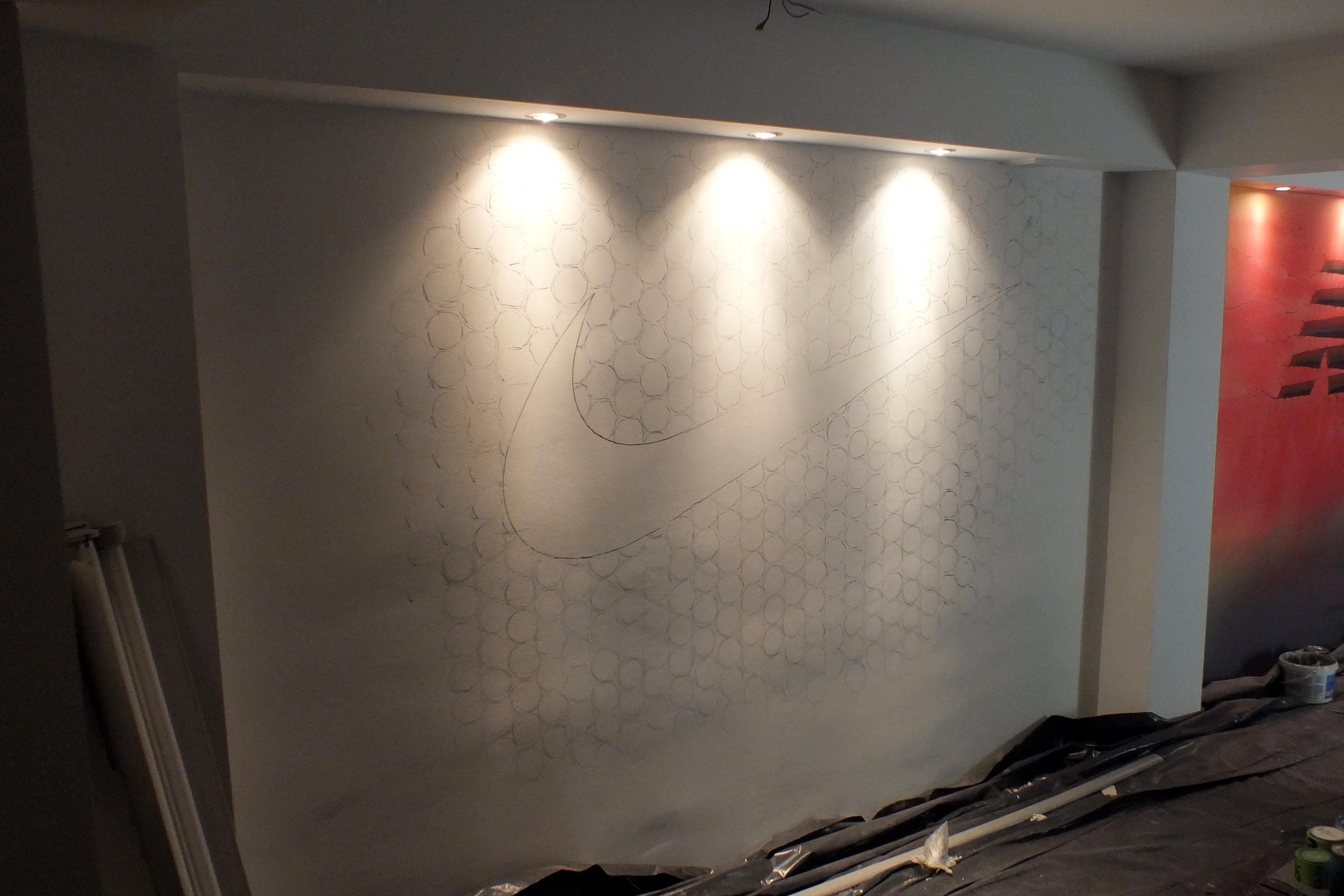 Malowanie logotywpu, szkic ołówkiem motywu na ścianie , malowanie loga w sklepie