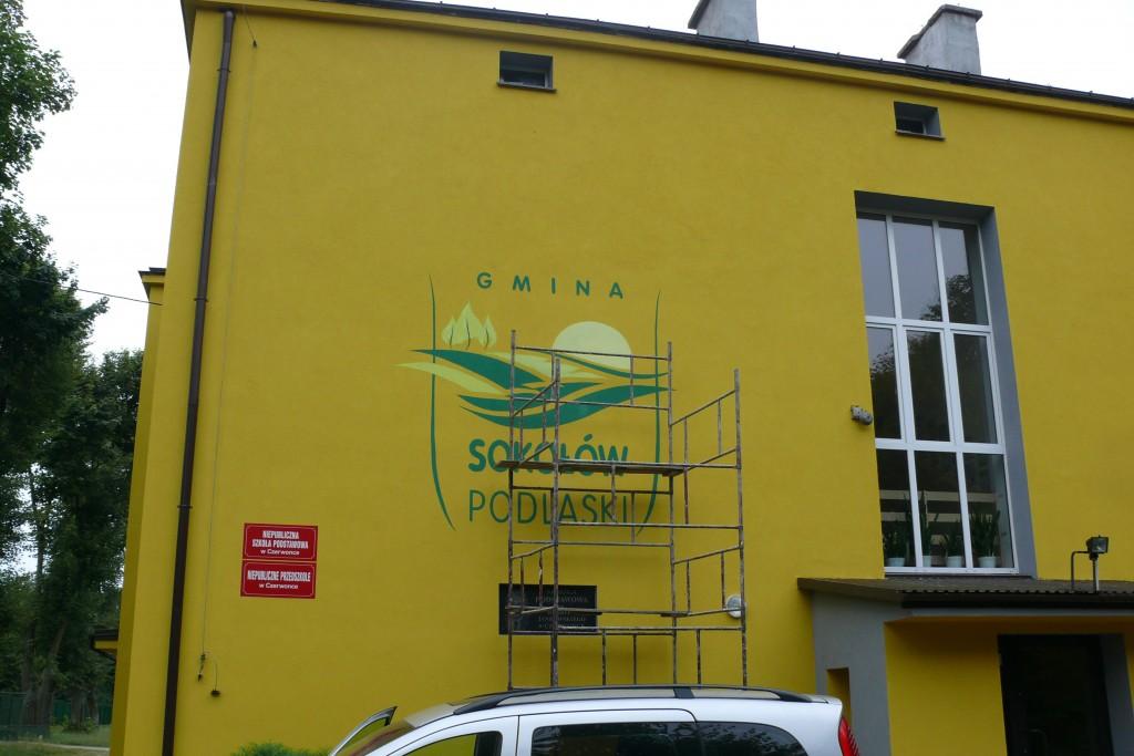 Malowanie loga na zewnętrznej ścianie budynku, szyld reklamowy ręczie malowany