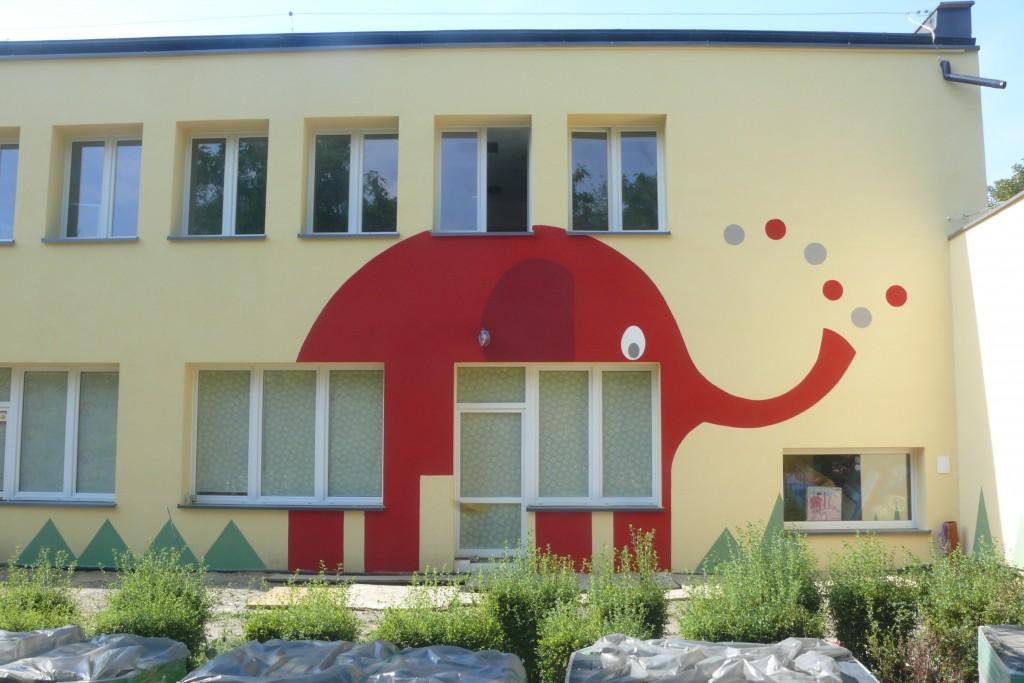 Malowanie loga na ścianie budynku przedszkolnego