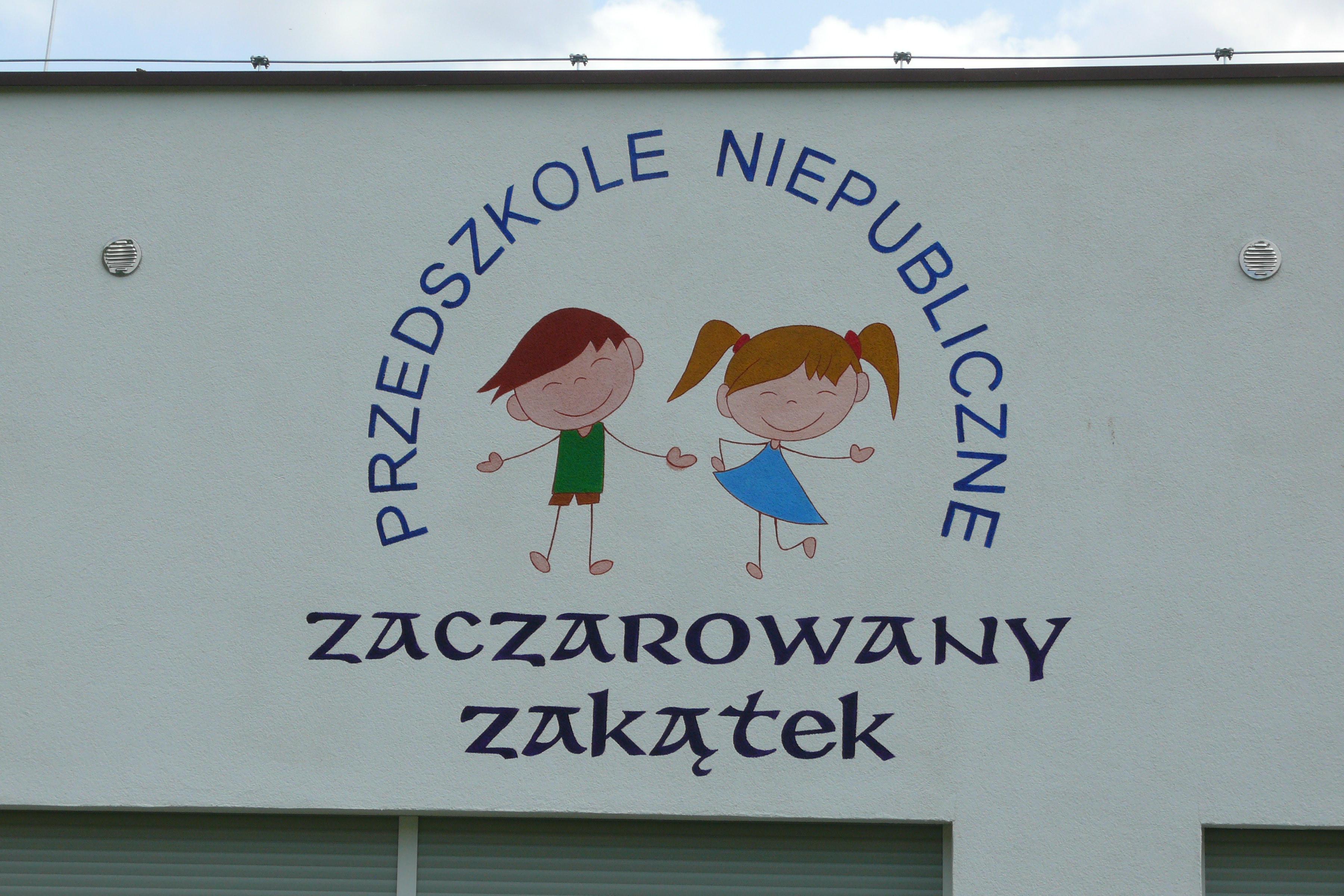 Artystyczne malowanie loga na ścianie budynku, malowanie szyldu dla przedszkola