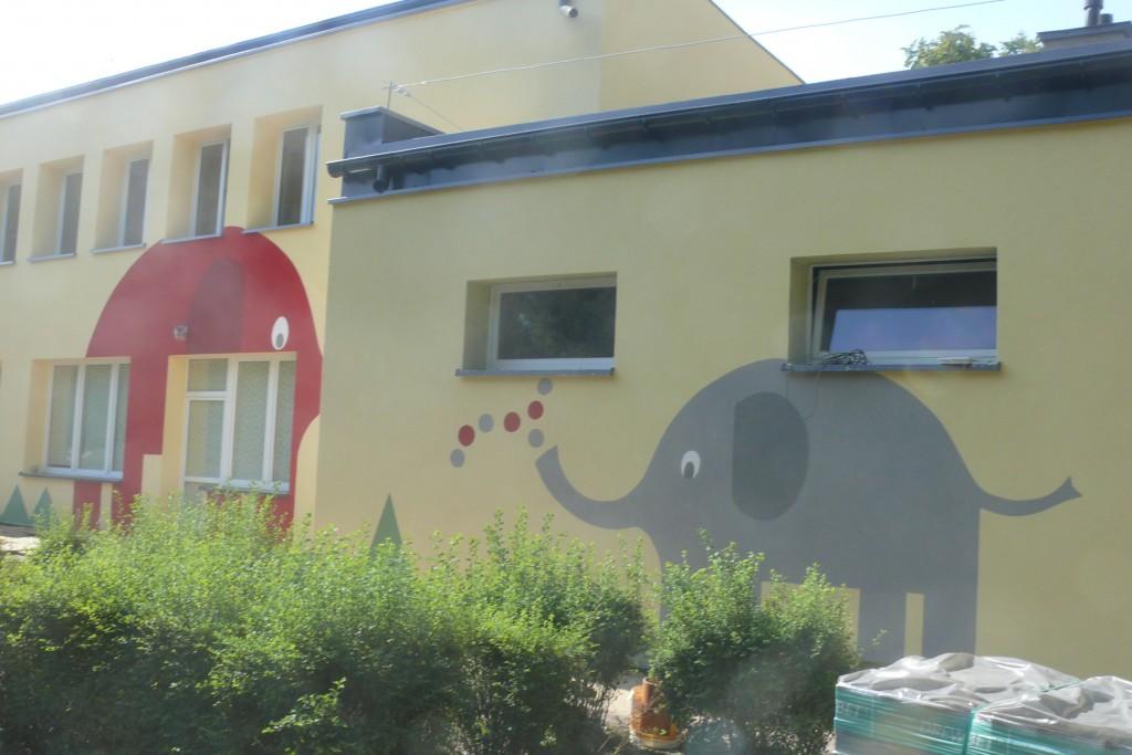 Malowanie loga na ścianie budynku
