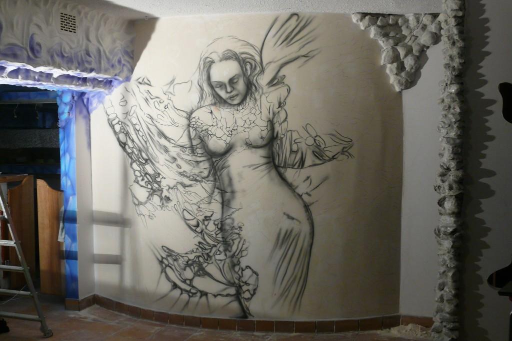 Szkicowanie anioła na ścianie, abstrakcyjny obraz anioła wykonany na ścianie w klubie