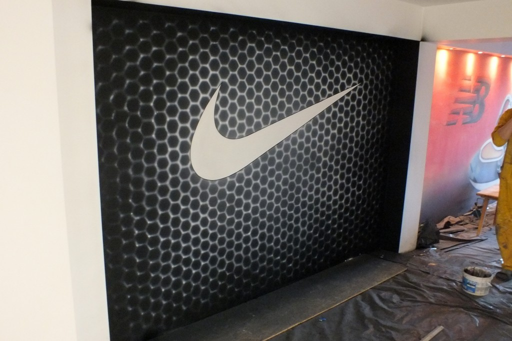 Ręcznie malowanie reklamy, malowanie logotypu na ścianie dla firmy