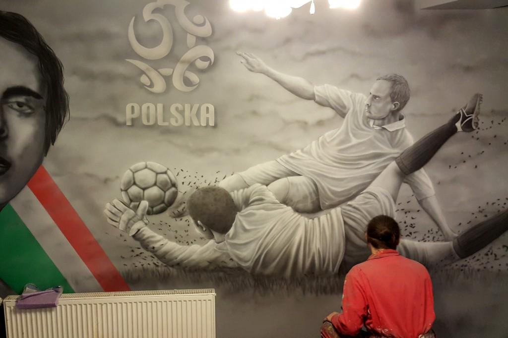 Artystyczne malowanie scianw barze motyw piłkarski