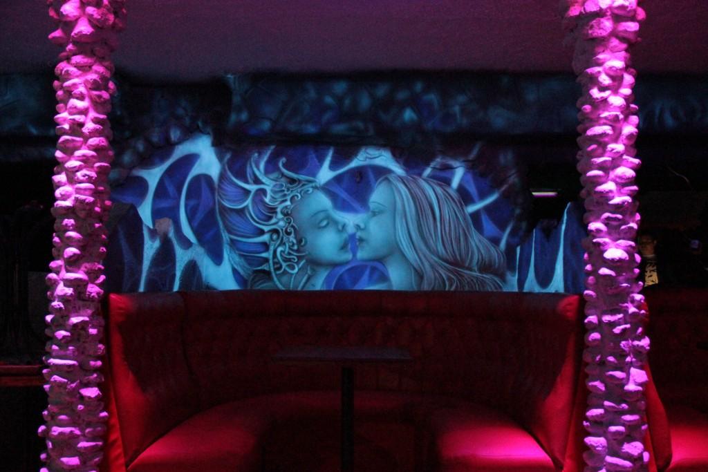 Malowanie obrazu na ścianie, obraz w ultrafiolecie, wystrój klubu
