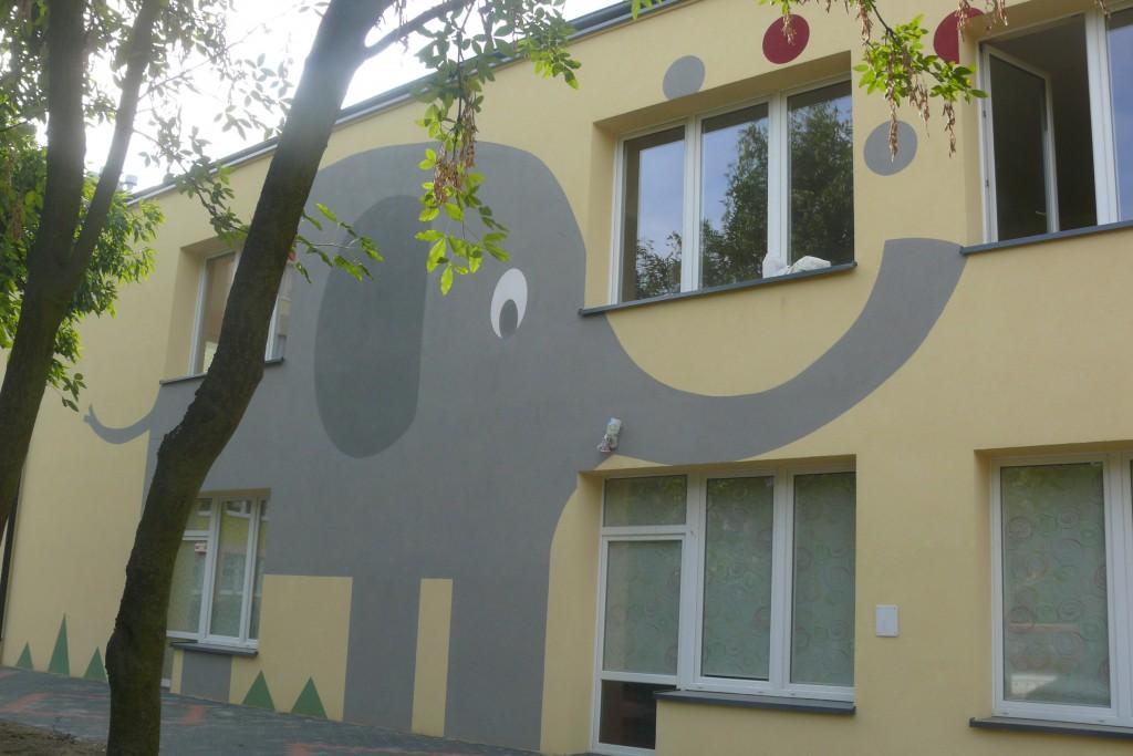 Malowanie loga na elewacji szkolnego budynku