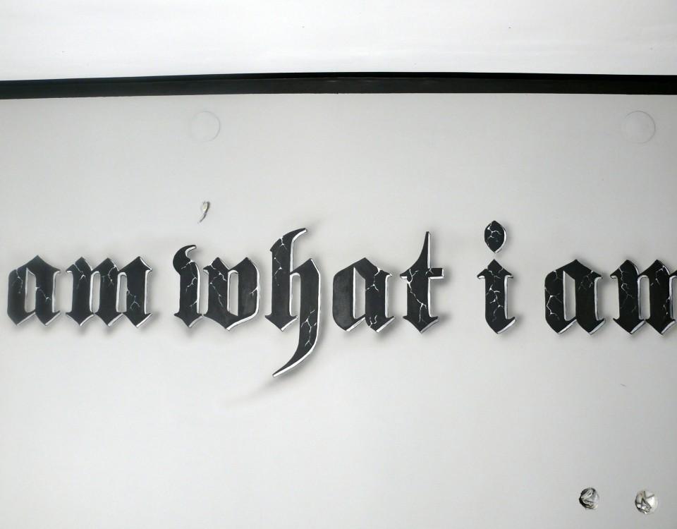 Malowanie napisu na ściane ozdobną czcionka