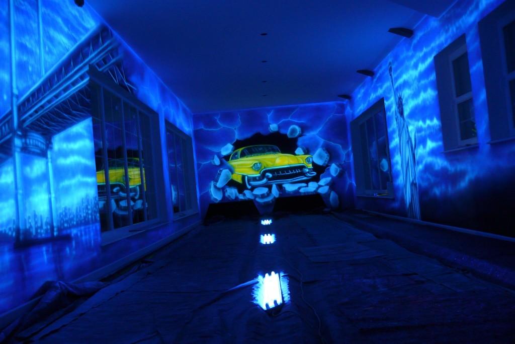 Grafika samochodowa na ścianie wykonana technik,a UV ultrafioletową