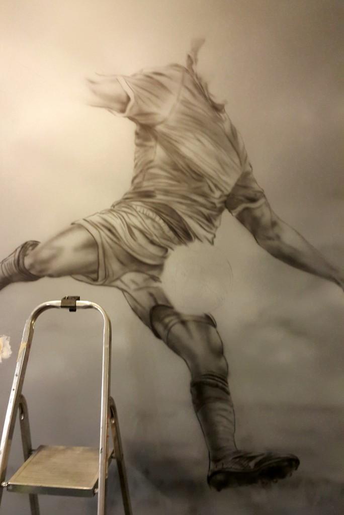 Rysunek na ścianie w barze, malowanie motywu piłkarskiego