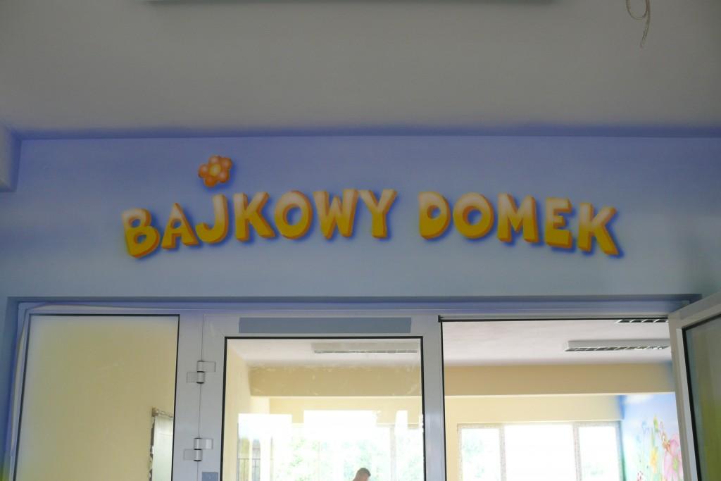 Malowanie reklam, szyld ręcznie malowany w przedszkolu BAjkowy Domek,