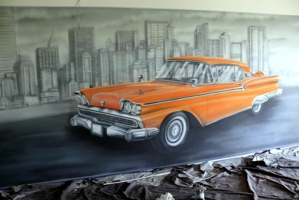 Malowanie samochodu na ścianie wfarbami uV, mural w kręgielni