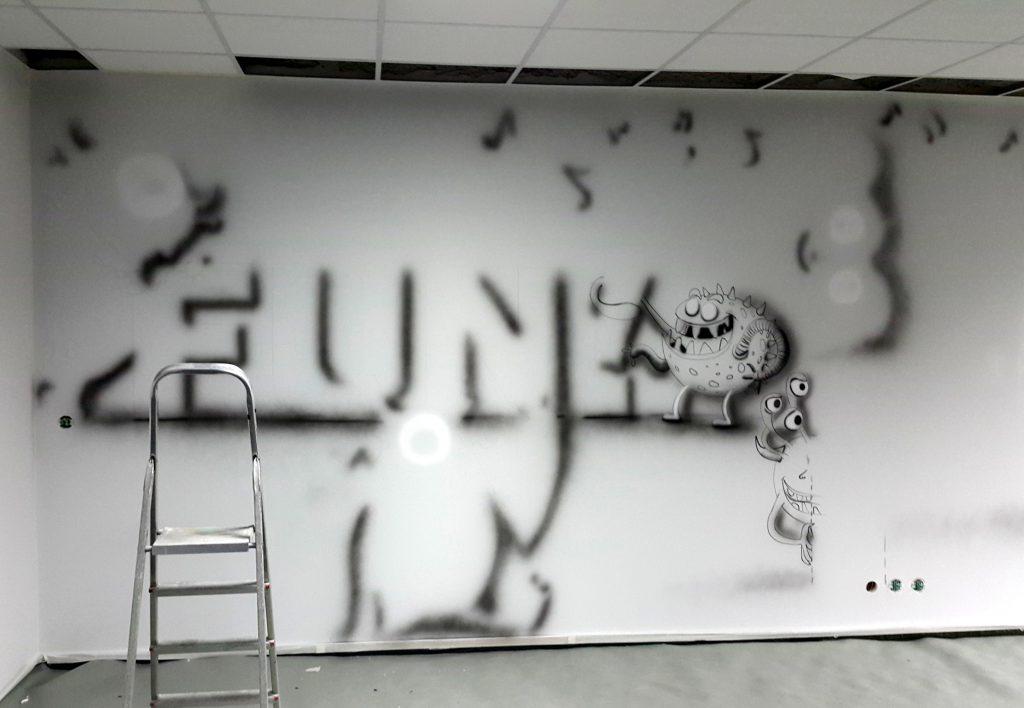 malowanie reklam w biurze, logotyp namalowany na ścianie