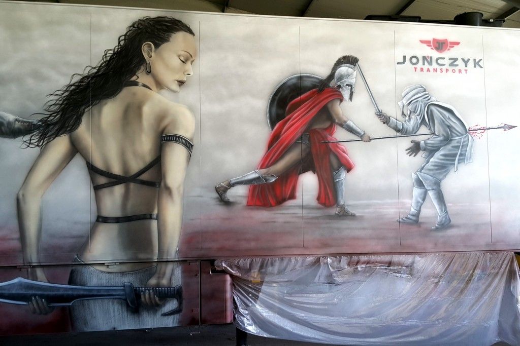 Artystyczne malowanie naczepy tira motyw z filmu 300