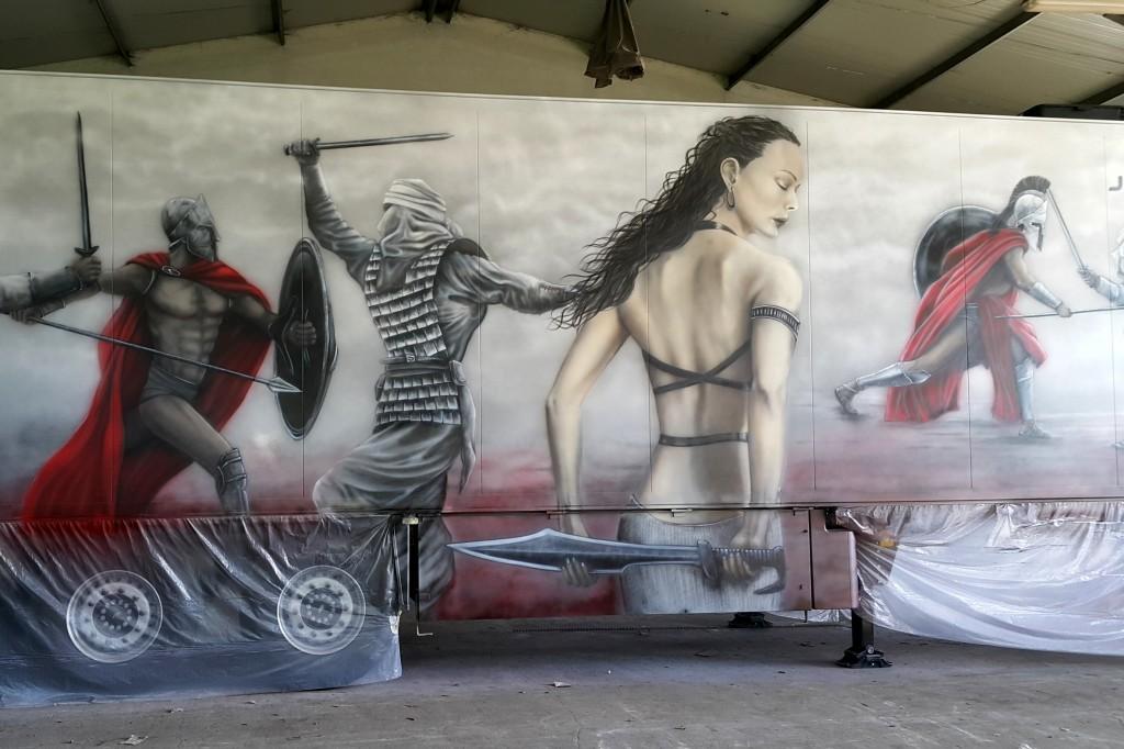 Malowanie naczepy samochodu ciężarowego grafika z filmu 300