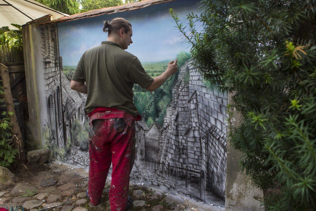 Artystyczne malowanie ścian, ręczne malowanie obrazu na ścianie, mural wykonany w ogrodzie, aranżacja ściany w ogrodzie, Warszawa,