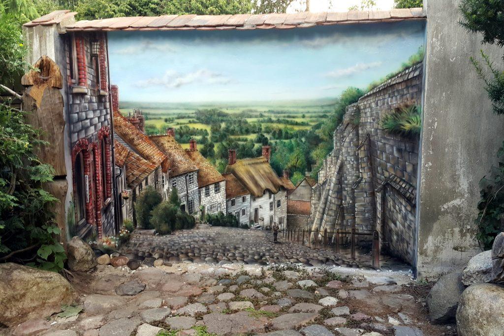 Mural na murku w ogrodzie, malowanie murku w ogrodzie