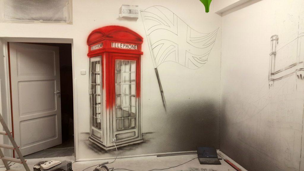 Malowanie butki telefonicznej w sali języka angielskiego, mural ścienny, graffiti 3D