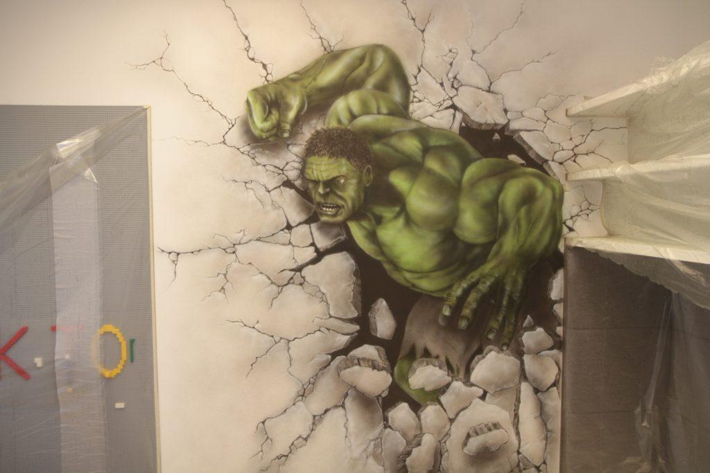 Malowanie graffiti w pokoju dziecięcym.