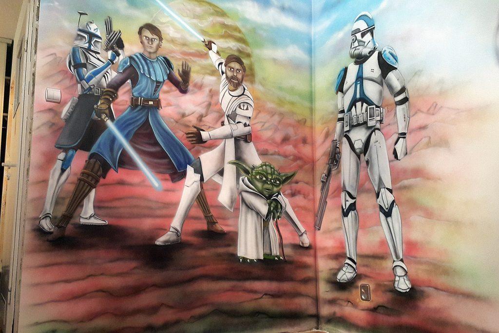 Malowanie obrazu na scianie w pokoju dziecięcym motyw z filmu Gwiezdne Wojny