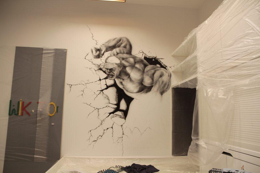 Malowanie obrazu na ścianie w pokoju dziecięcym, malowanie hulka na ścianie