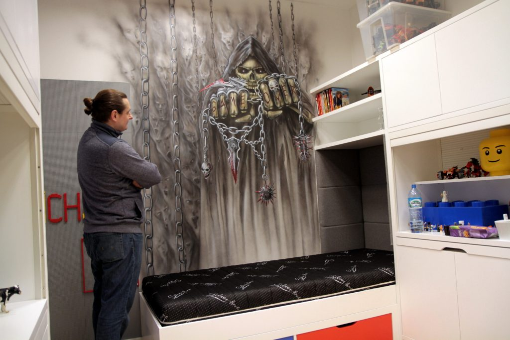 Malowanie kostuchy w pokoju młodzieżowym, mural skull