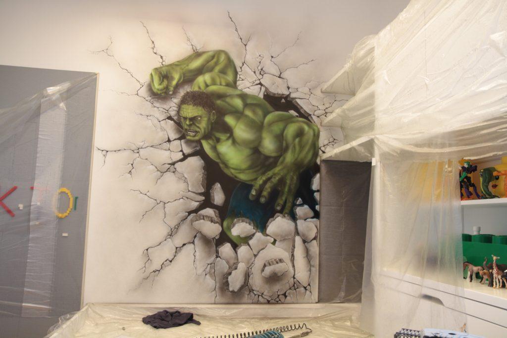 Malowanie graffiti w pokoju dziecięcym, mural Hulka, aranżacja sciany w pokoju młodzieżowym