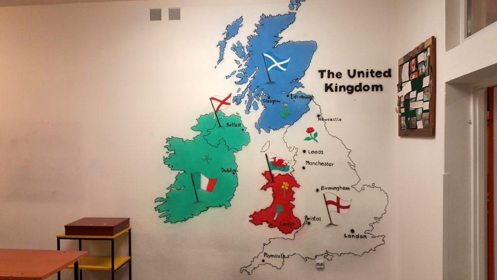 Aranżacja ściany w sali jżzyka angielskiego, malowanie mapy
