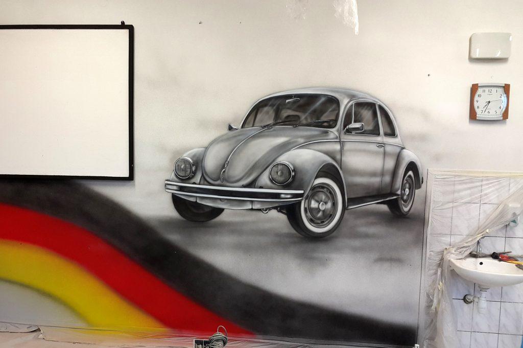 Malowanie VW garbusa na ścianie mural 3D w sali językowej