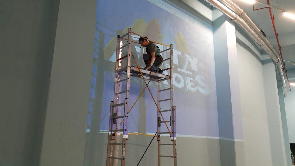 Malowanie graffiti, mural w sali zabaw, aranąacja bawialni
