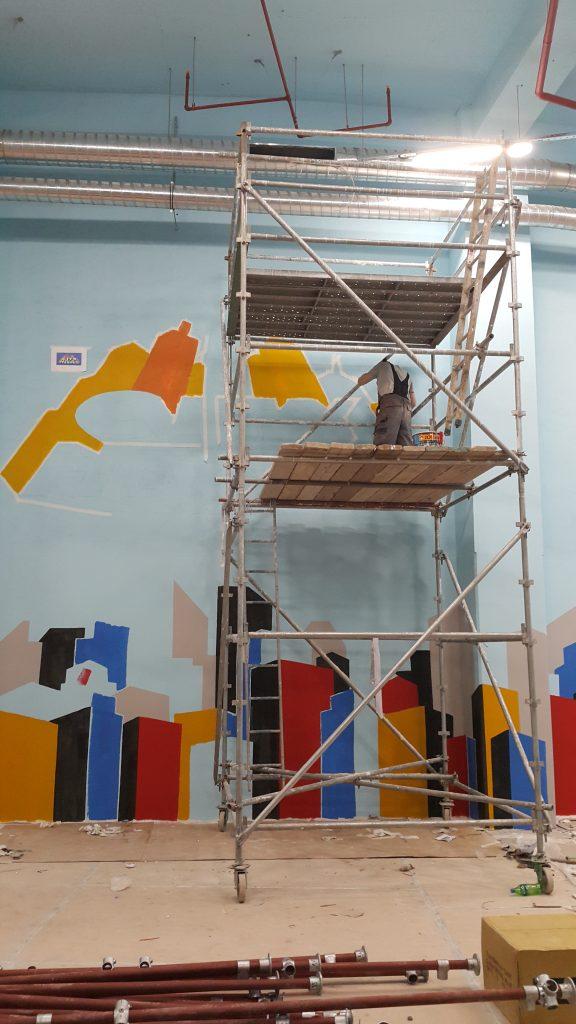 Malowanie loga na ścianie