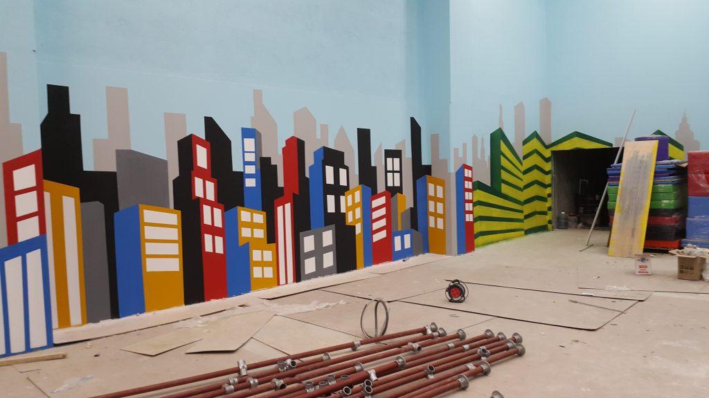 Graffiti pejzarz miejski, malowanie ściany w bawialnii