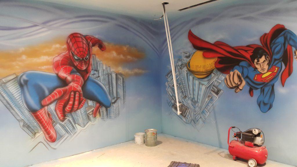 Malowanie obrazów na ścianie w salce urodzinowej