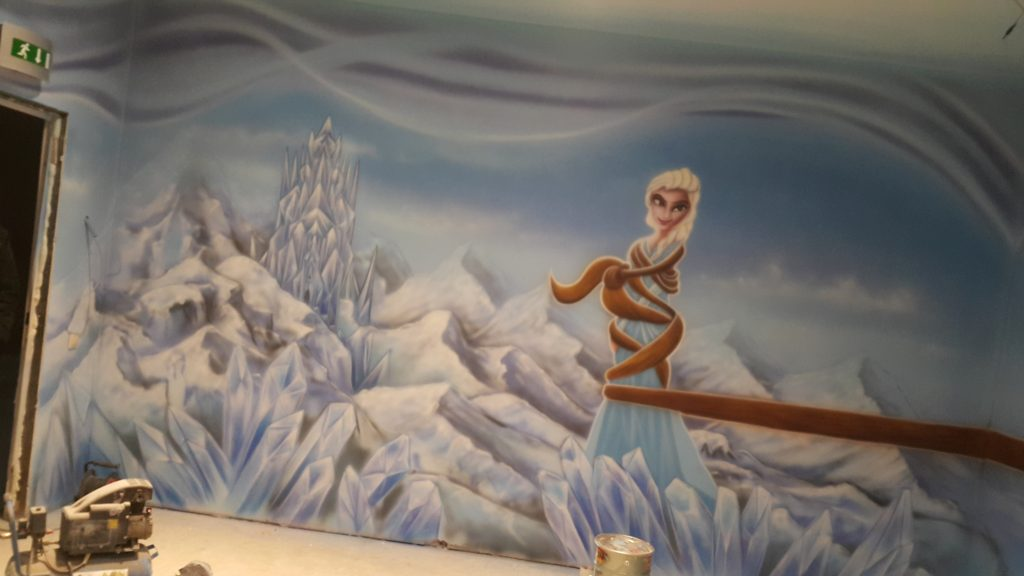 Malowanie artystycznego graffiti na scianie w sali zabaw dla dzieci, mural 3D