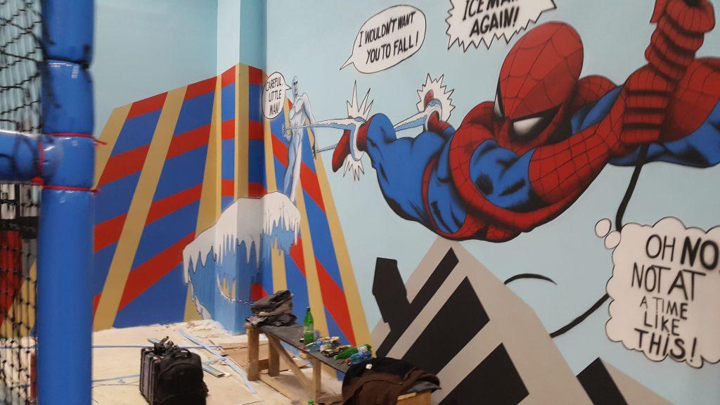 Mural 3D, graffiti na scianie w sali zabwa