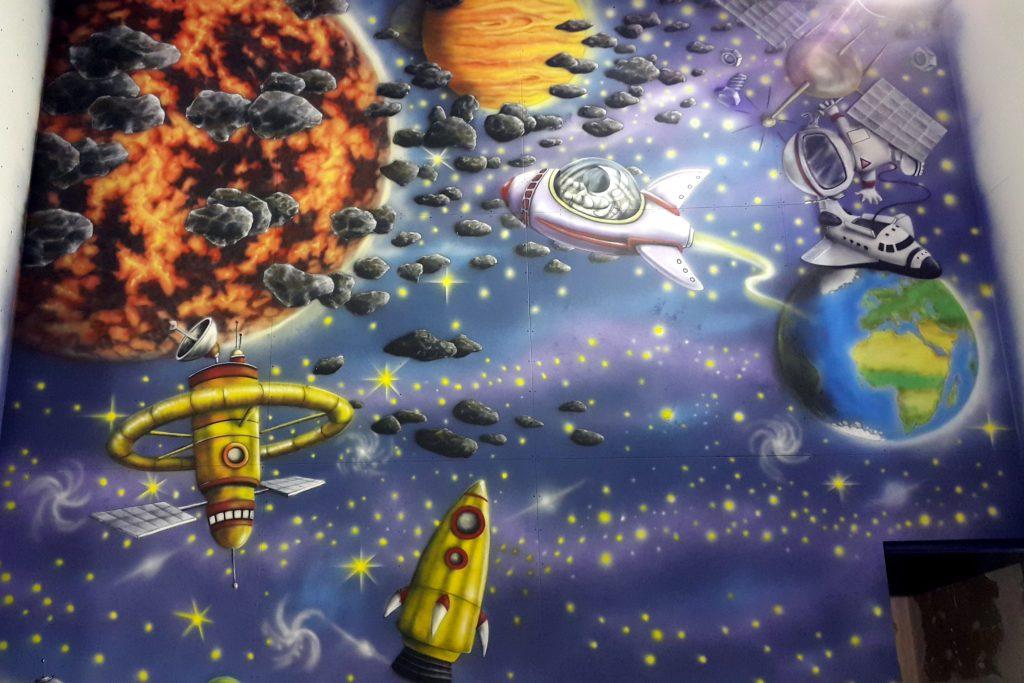 Mural, malowanie kosmosu, planety gwiazdy słońce i asteroidy, kolorowe graffiti