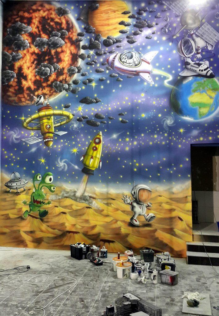 malowanie ściany wspinaczkowej, malowanie kosmosu