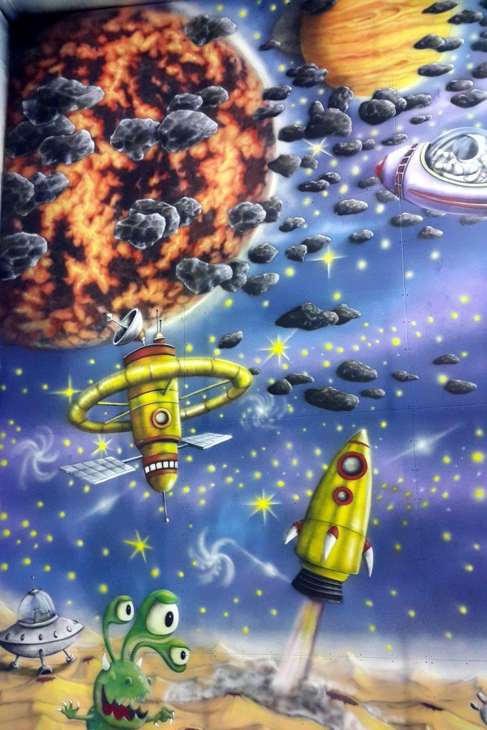 malowanie kosmosu na ścianie, malowanie ściany wspinaczkowej